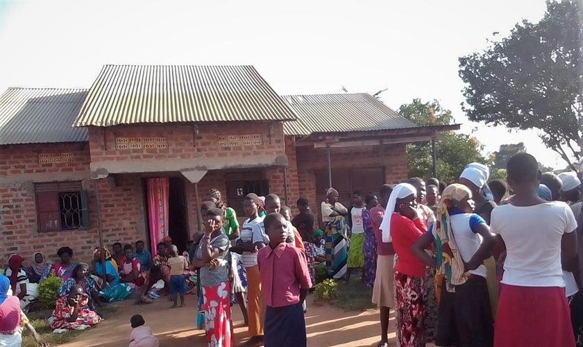 Enlutados na casa do assassinado Tabiruka Tefiiro na aldeia de Bupalama, no leste de Uganda. (Foto: Morning Star News).