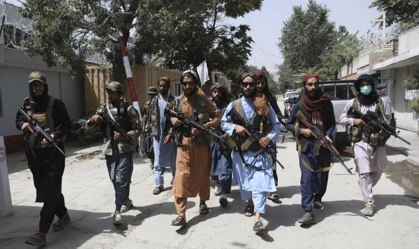 Combatentes do Talibã patrulham o bairro de Wazir Akbar Khan, em Cabul, capital do Afeganistão, em 18 de agosto de 2021. (Foto: Rahmat Gul/AP)