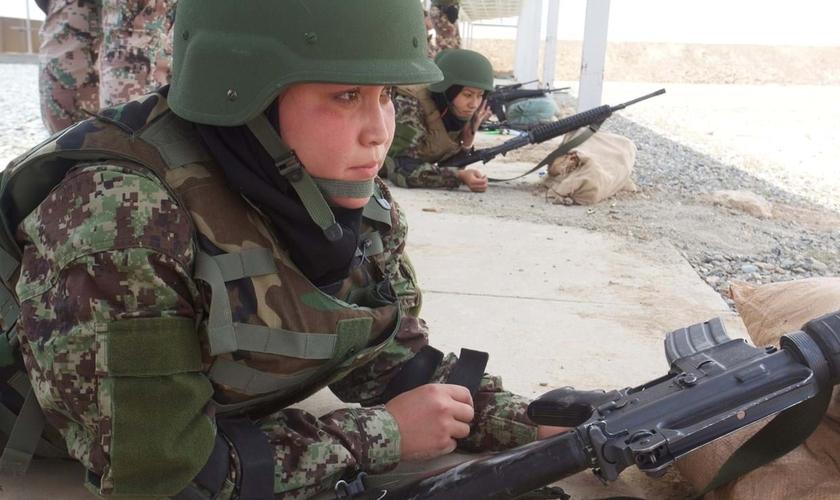 Kubra Behroz, que serviu Exército Nacional do Afeganistão. (Foto: Lalage Snow / The Telegraph / Atlântico Press)