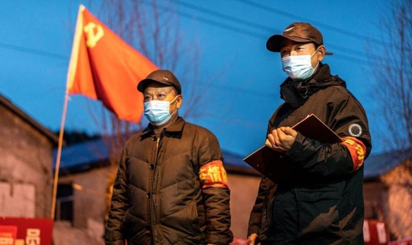 Membros da equipe vigiando em um posto de controle, na cidade fronteiriça de Suifenhe, na província de Heilongjiang, nordeste da China, em 21 de abril de 2020. (Foto: STR/AFP/Getty Images)