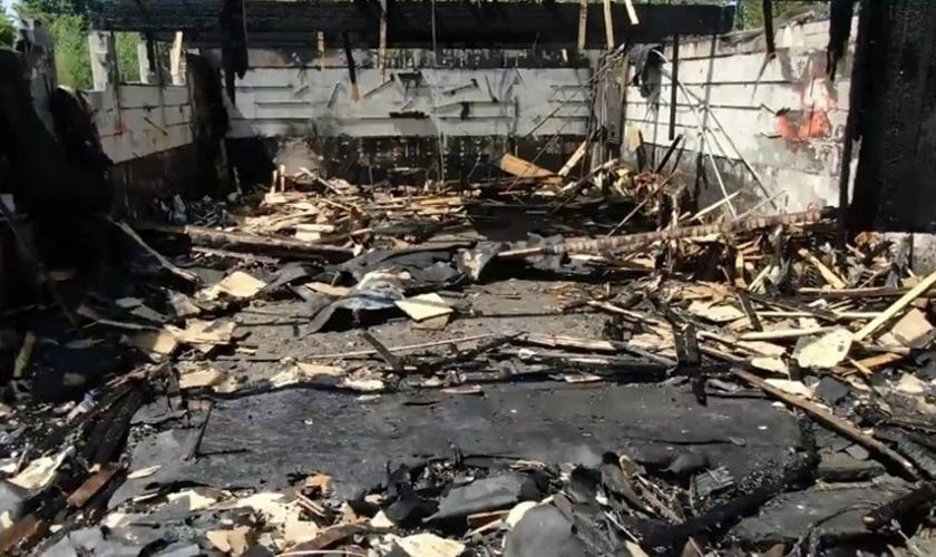Igreja Ortodoxa Copta completamente destruída em incêndio criminoso. (Foto: Rene Beland / Timelapse Digital)
