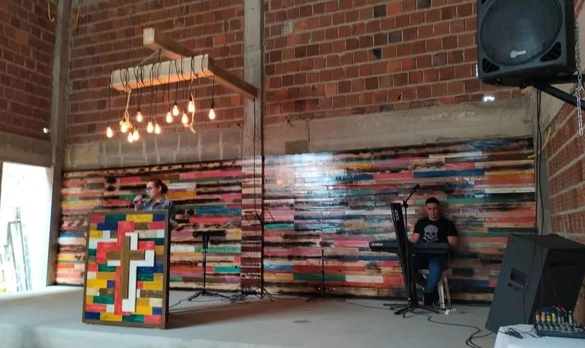 Altar é construído por detentos em igreja evangélica em Canhotinho. (Foto: Divulgação / Seres)