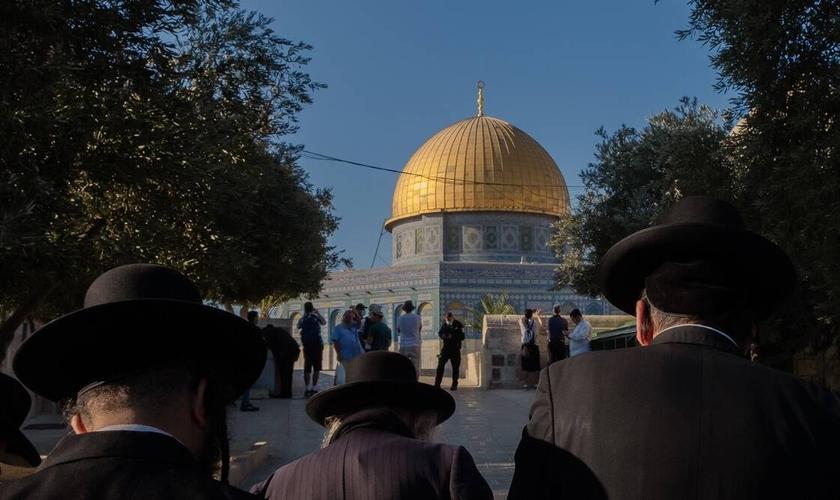 Judeus ortodoxos e outros orando no Monte do Templo em Jerusalém na segunda-feira (23). (Foto: Amit Elkayam/The New York Times).