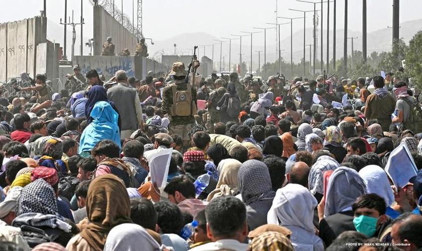 Multidões de pessoas desesperadas querem fugir do Afeganistão. (Foto: Wakil Kohsar / AFP via GETTY IMAGES)
