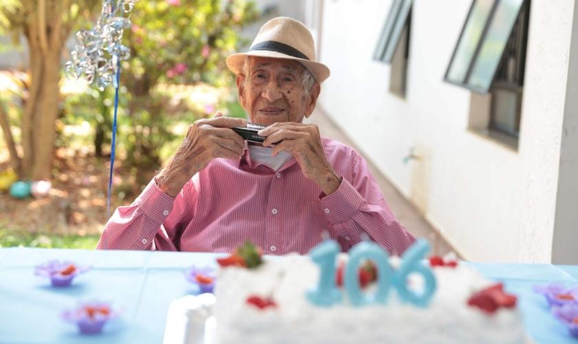 Seu Syllas celebrou 106 com uma vida dedicada a Deus, em Americana (SP). (Foto: Marcelo Rocha/O Liberal)