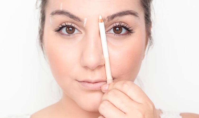 Saiba quais são os erros mais comuns na hora de fazer a sobrancelha. (Foto: Reprodução)