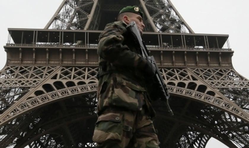 Soldado francês vigia o entorno da Torre Eiffel