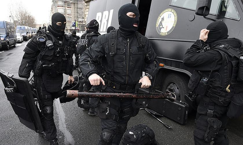 Polícia francesa preparada para invadir o cativeiro