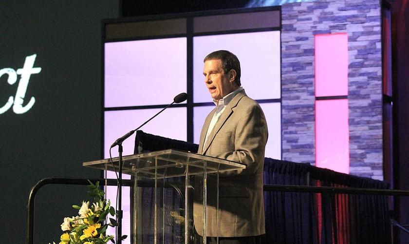 Thom Rainer, CEO da LifeWay Christian Resources discursa durante um encontro com líderes da Convenção Batista do Sul