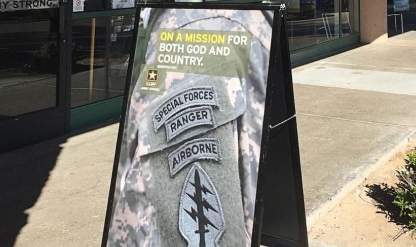 """Placa convocava jovens a se alistarem no exército em uma missão """"por Deus e pelo país"""""""