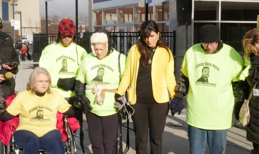 Grupo ora pela libertação de Saeed Abedini, em frente a Boise Universitty
