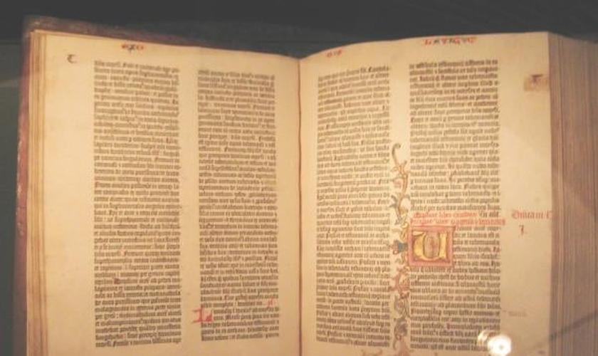 A Bíblia de Gutenberg foi avaliada em torno de 300 milhões de dólares e atualmente só tem 48 exemplares originais em todo o mundo.