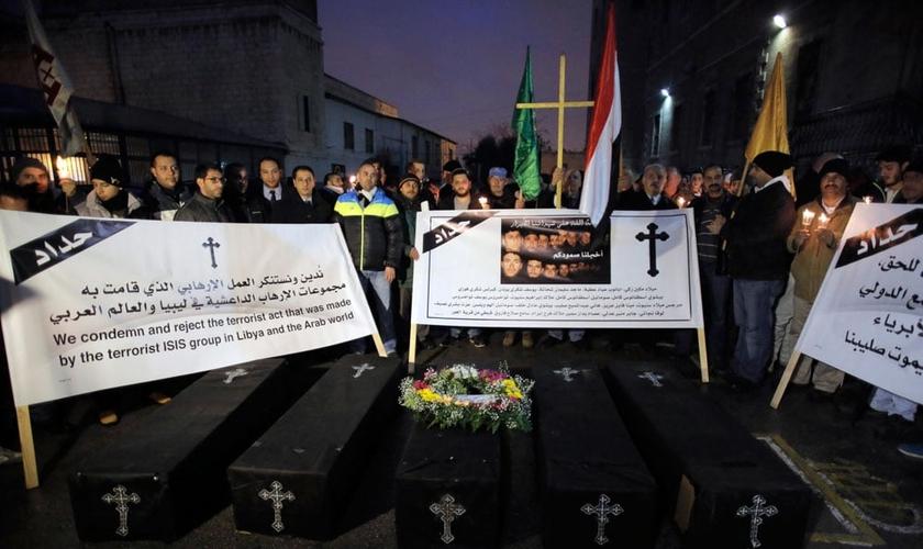 Cristãos Coptas protestam contra a decapitação de 21 cristãos egípcios pelo Estado Islâmico