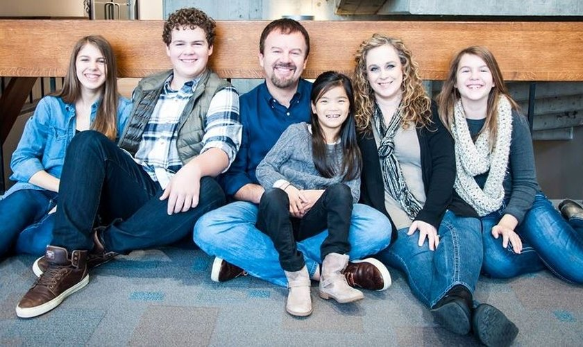 Mark Hall é líder da banda Casting Crowns, com grande projeção no cenário da música gospel internacional. É casado e tem quatro filhos.