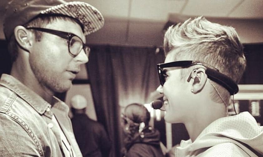 Pastor Judah Smith, da City Church, cumprimentando Justin Bieber em seu aniversário de 19 anos.