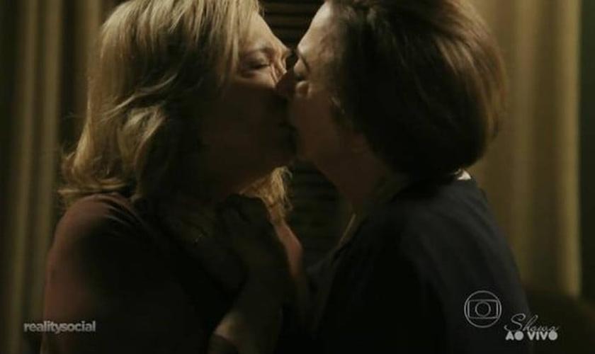 Cena de beijo lésbico na novela Babilônia