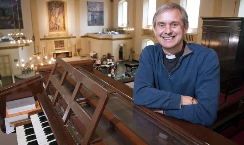 O vigário Canon Godard lidera atualmente a igreja de St. John (Igreja da Inglaterra), em Waterloo (Londres).