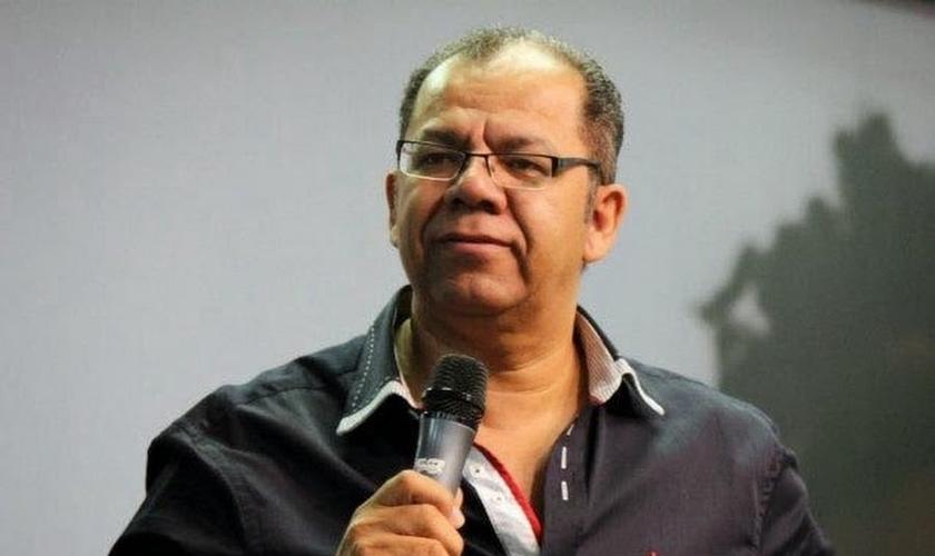 Pastor Josué Gonçalves durante pregação.