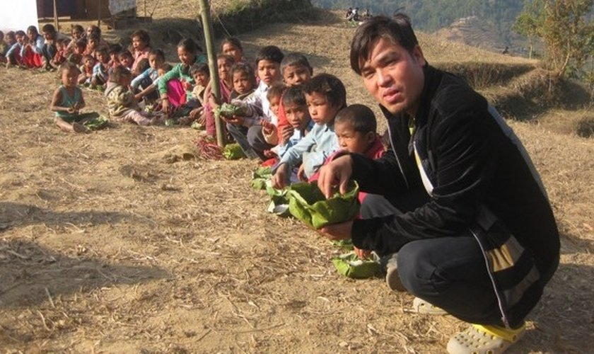 Pastor Lazrus Rasaily é nepalês e atua como missionário em seu país, dando assistência a crianças em situação de risco.