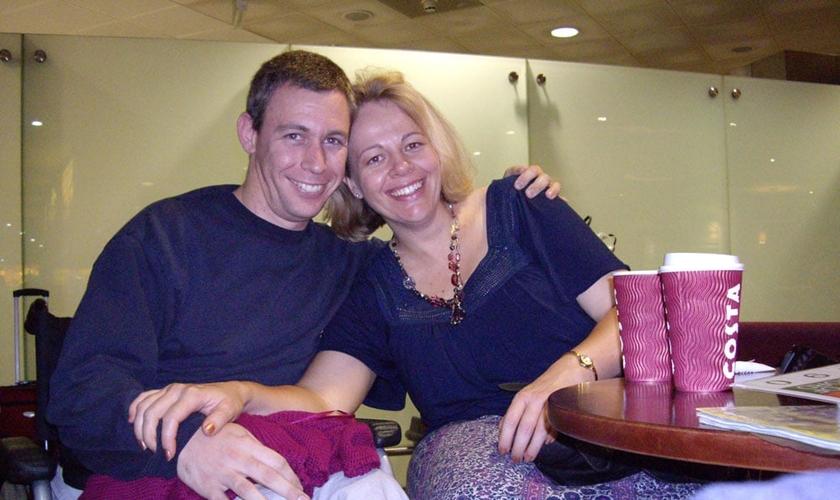 Martin Pistorius passou 12 anos em estado praticamente vegetativo e surpreendeu médicos e familiares ao recobrar a consciência após tanto tempo. Atualmente, está casado com Joanna e vive na Inglaterra.