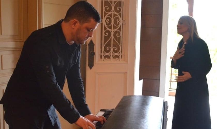"""Denyse Bittencourt e Felipe Cruz gravaram o EP """"Piano & Voz"""" na última quarta-feira (1)."""