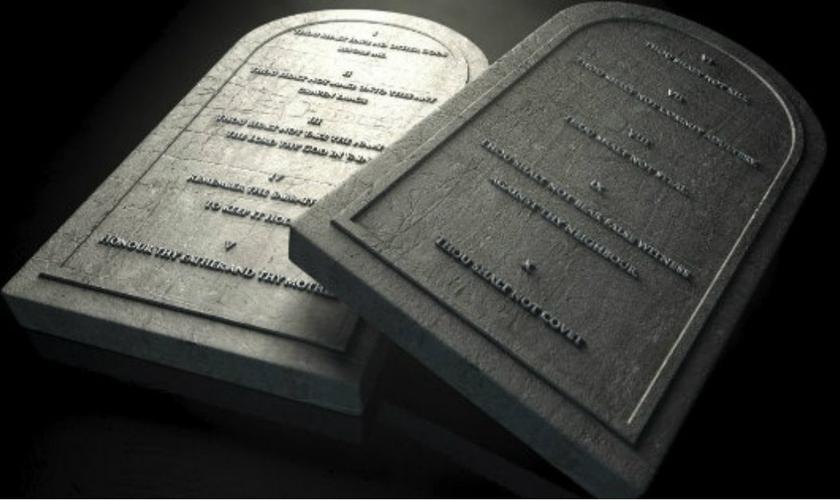 Tábuas que simbolizam os Dez Mandamentos, entregues a Moisés, no Monte Sinai.