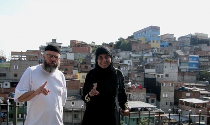 Kaab Al Qadir e Aniza Zafira, na Favela Cultura Física, em Embu das Artes. (César Rosati/CBN)