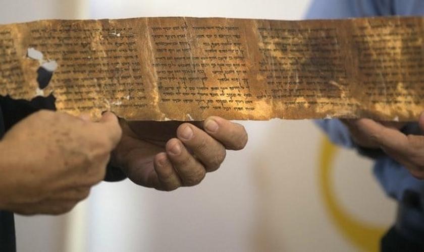 O documento, de 45,7 cm de comprimento e 7,6 centímetros de largura foi encontrado por um beduíno nas proximidades do Mar Morto, em 1947