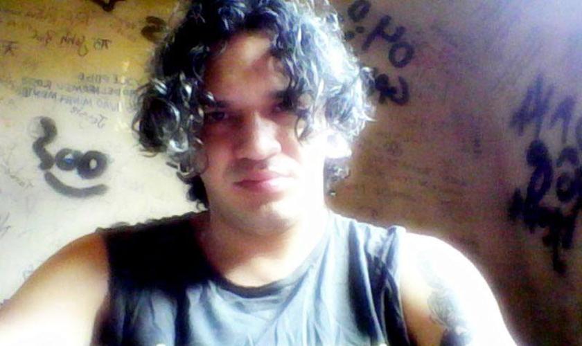 Roberto Oliveira, jovem estudante que ateou fogo na Bíblia durante um evento universitário no Acre.