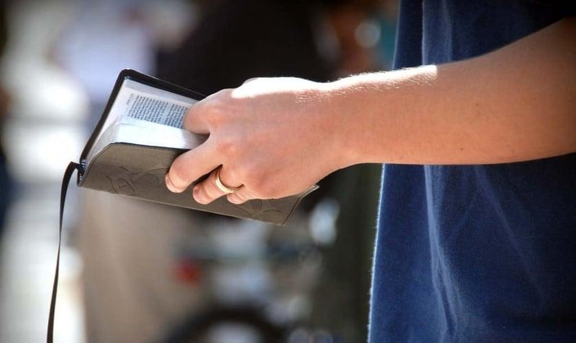 Adolescentes aumentaram a leitura da Bíblia ao perceberem a importância do livro em sua jornada de fé. (Foto: Reprodução)