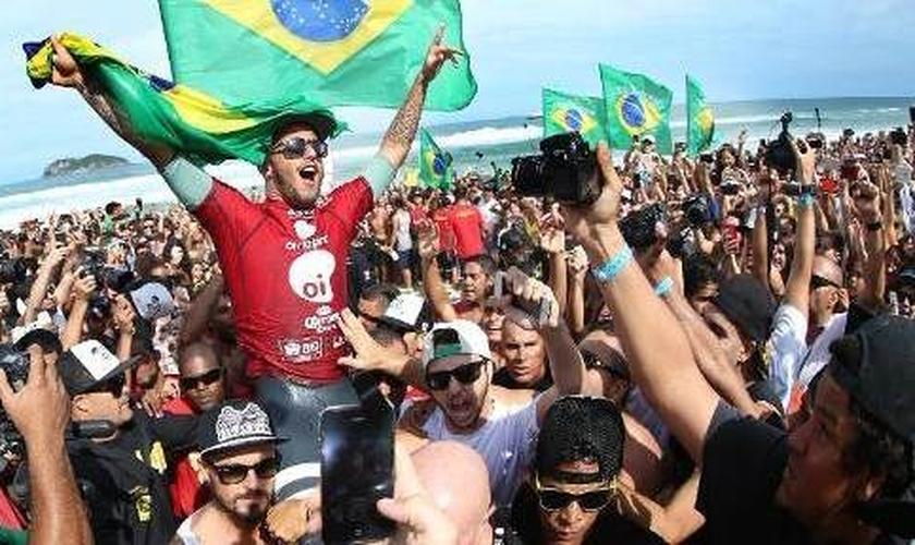 Filipe Toledo é um dos grandes nomes do surfe mundial atualmente, junto a outros jovens como Gabriel Medina.
