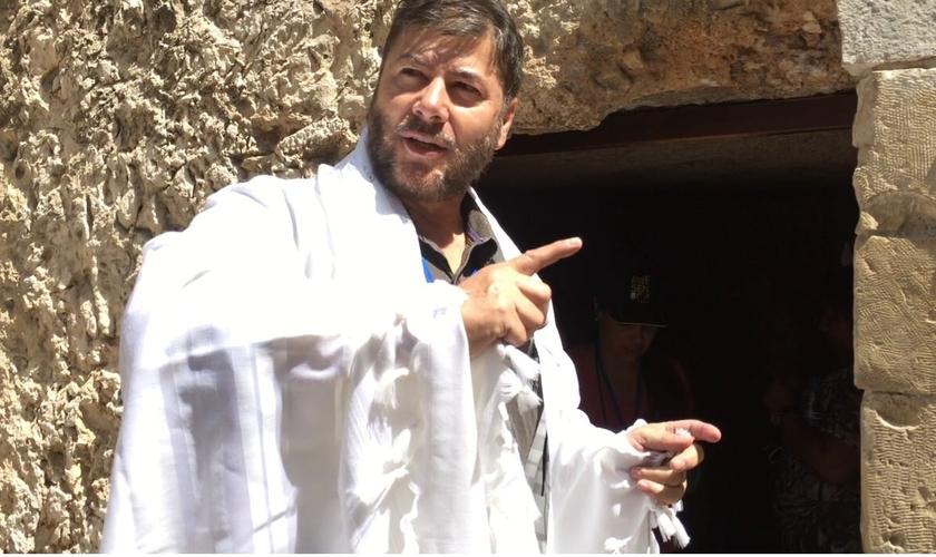 O apóstolo Joel Engel fala sobre os acontecimentos do Rio Jordão. (Foto: Arquivo Pessoal)