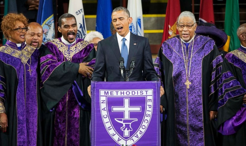 Obama elogiou o líder da igreja afro-americana Emmanuel e cantou o hino 'Amazin Grace' durante o funeral do Rev. Clementa, em Charleston (EUA)