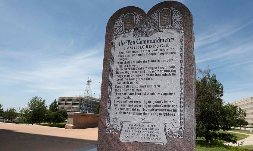 Monumento que faz menção aos 10 Mandamentos está instalado no terreno do Capitólio de Oklahoma (EUA).