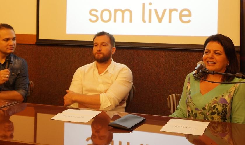 """Davi Sacer fala sobre gravação do DVD """"Meu Abrigo"""", ao lado do produtor Hugo Pessoa (ao meio) e Cláudia Fonte (à direita)"""