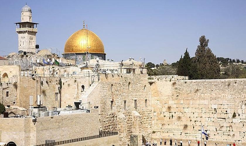 Ao fundo, a mesquita muçulmana Cúpula da Rocha e à frente, o Muro das Lamentações, local de adoração judaica.