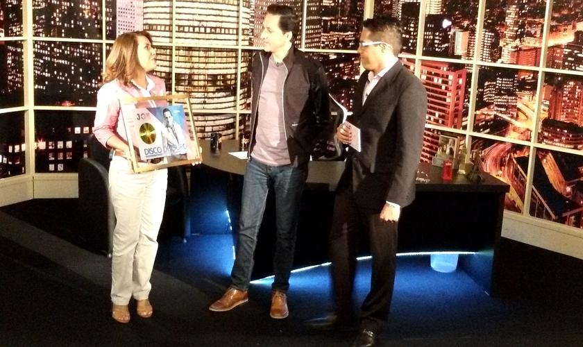 Joe Vasconcelos recebe das mãos de Ana Paula Porto o Disco de Ouro (Foto: Divulgação)