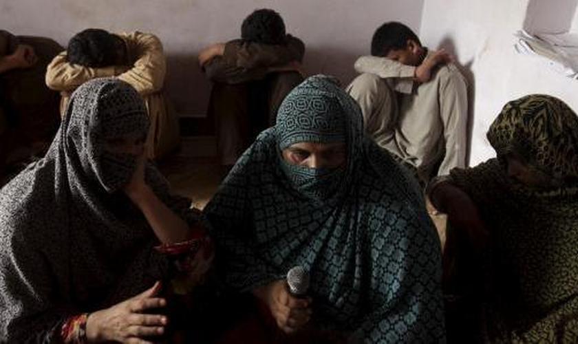 Crianças cujas famílias dizem que elas foram abusadas, escondem seus rostos (ao fundo), enquanto suas mães são entrevistadas por um correspondente da Reuters, em Husain Khan Wala, província de Punjab, Paquistão. (Foto: Reuters)