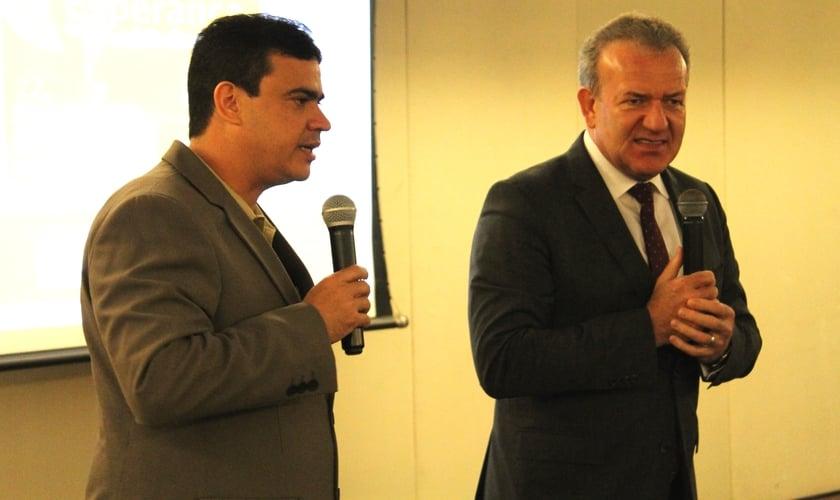 Pastor Viktor Hamm (à direita) fala aos pastores, durante encontro para tratar de assuntos relacionados ao Festival de Esperança, em Fortaleza (CE)