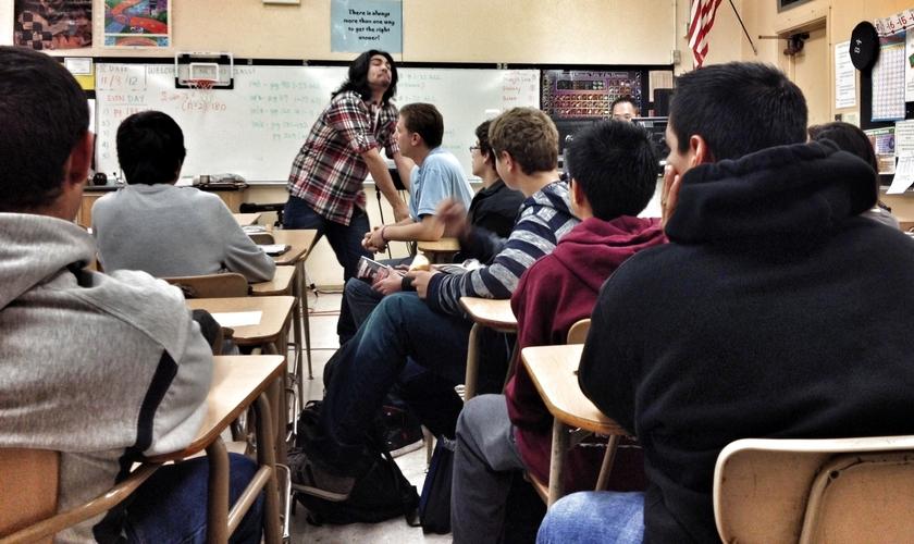 Alunos participam de clube bíblico em escola pública, no Estado da Califórnia (Foto: One Voice Student Missions)