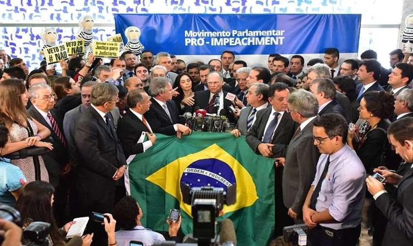 Parlamentares participam do lançamento da campanha Pró-impeachment no salão verde da Câmara (Foto: Estado de Minas / Zeca Ribeiro)