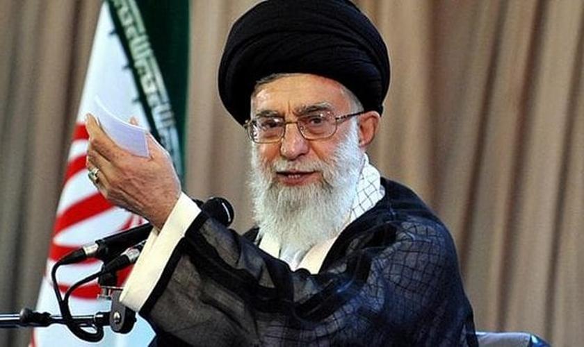 Aiatolá Khamenei é o mais importante líder islâmico do Irã atualmente. Seus posicionamentos acabam influenciando também decisões políticas no país.