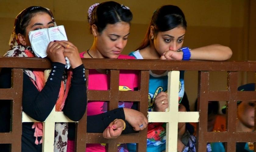 Cristãs coptas assistem a um culto dominical em uma igreja no sul do Cairo, em 3 de maio de 2015. (Foto: Reuters)