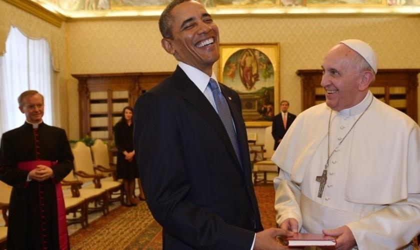 Papa Francisco conversa com Barack Obama durante visita do presidente dos EUA ao Vaticano.