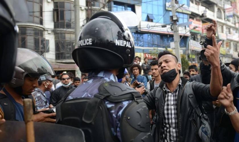 Manifestantes entram em conflito com a polícia no Nepal.