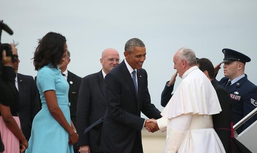 Presidente Barack Obama e sua esposa, Michele Obama, recebem o Papa Francisco, em base aérea dos Estados Unidos (Foto: AP Photo/Andrew Harnik)