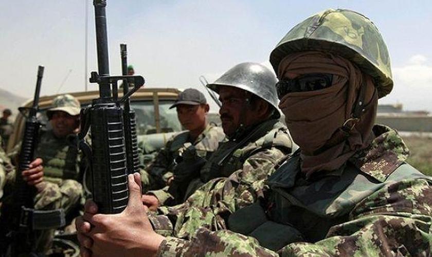 Soldados do exército afegão (Foto: Reuters)
