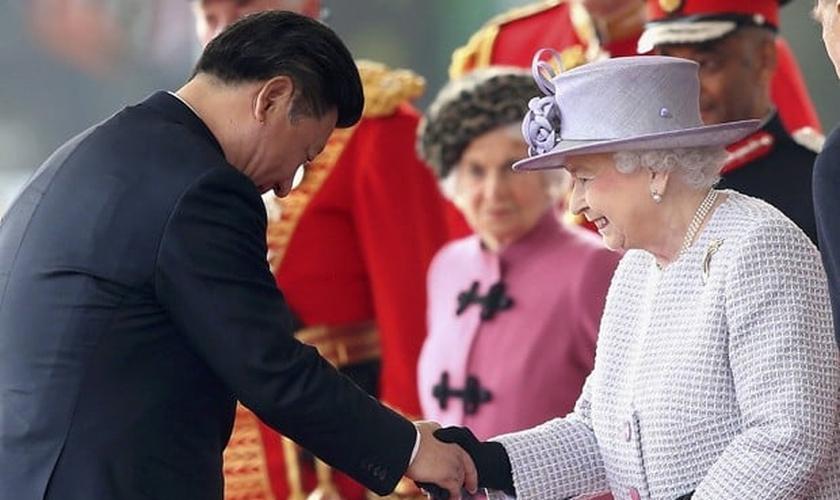 O Presidente chinês Xi Jinping foi recebido com honras da Corte Real britânica, como tapete vermelho, uma salva de tiros e um banquete, além do encontro com a rainha Elizabeth. (Foto: Chris Jackson/ Reuters)