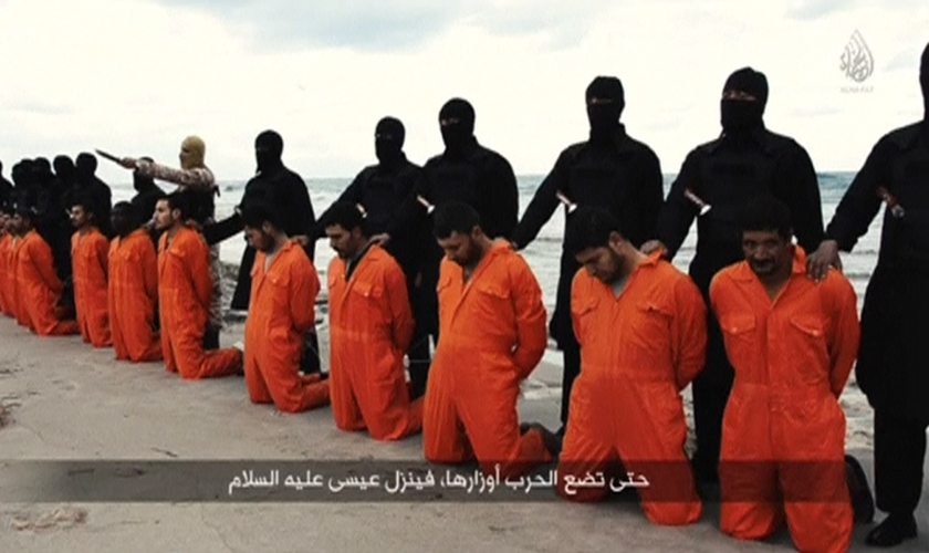 Cristãos convertidos foram batizados nas margens do mesmo mar onde 21 cristãos coptas foram decapitados pelo grupo terrorista Estado Islâmico. (Foto: IBTimes)