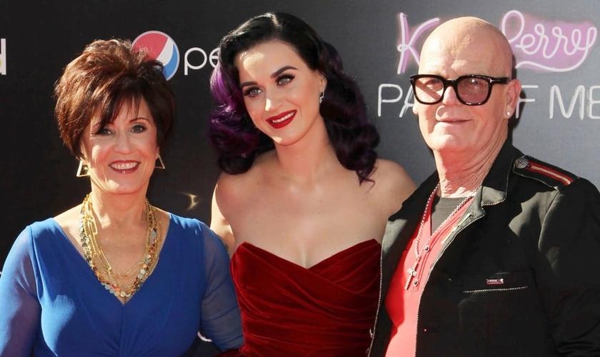 Katy Perry em meio aos pais Mary e Keith Hudson. (Foto: Ace Show Biz)